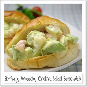 海老、アボカド、チコリのサラダサンドイッチ